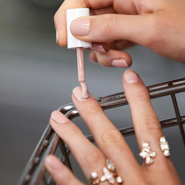 Разкриваме trendy бързосъхнещи лaкове за нокти